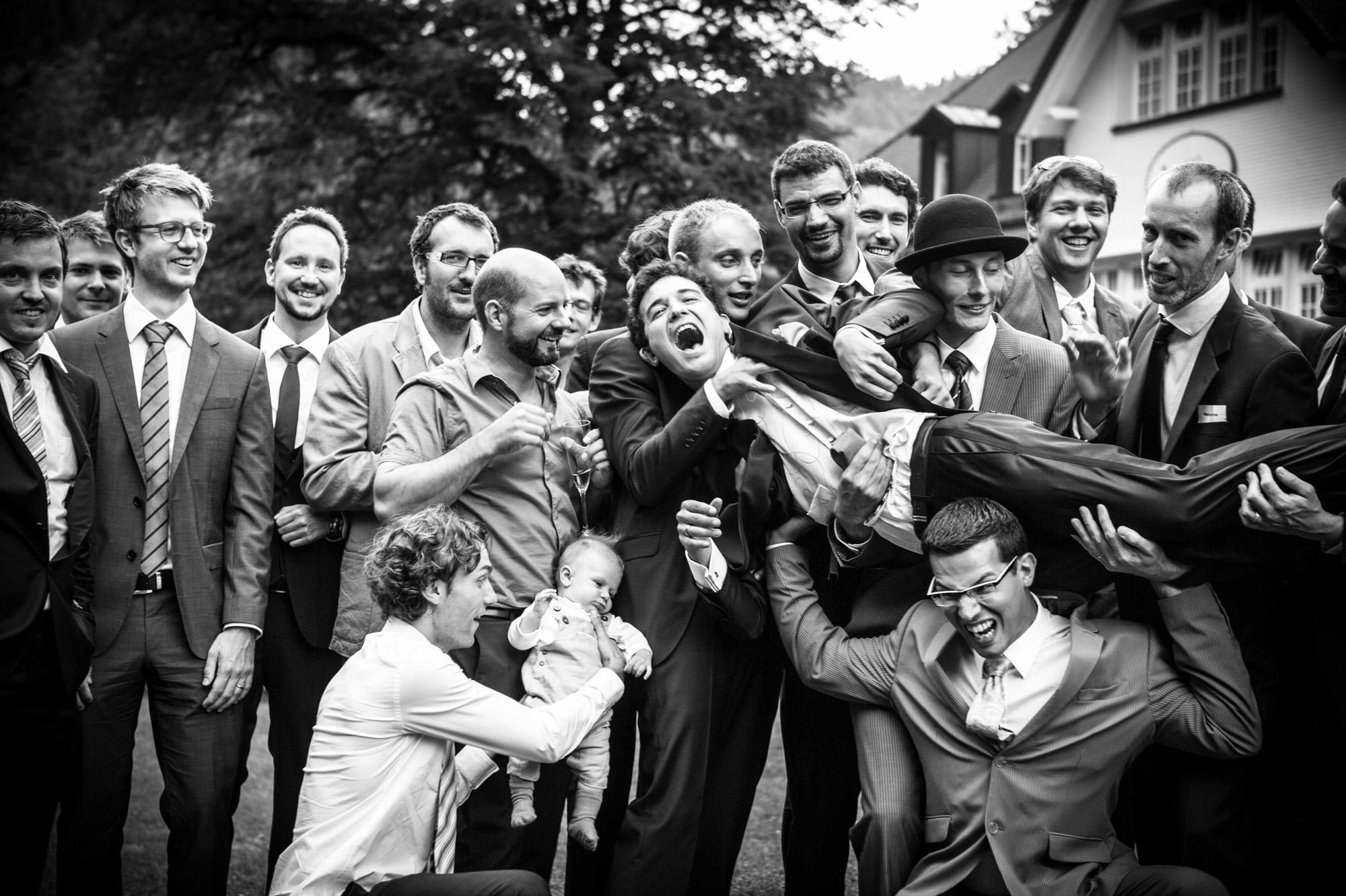 Hochzeitsfotografie - schwarz-weiß alle Männer