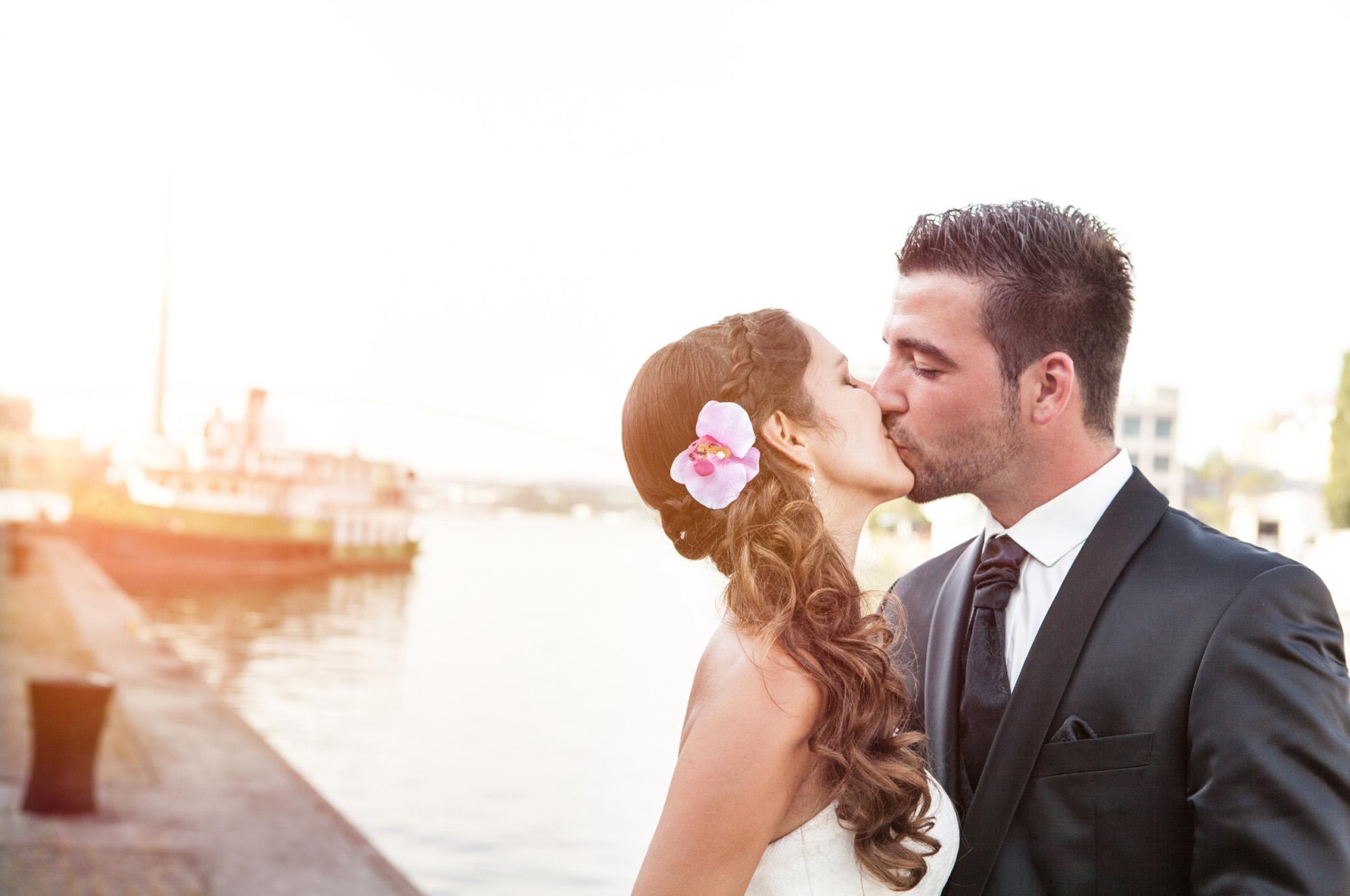 Hochzeitsfotografie - Brautpaar küsst sich in Basel