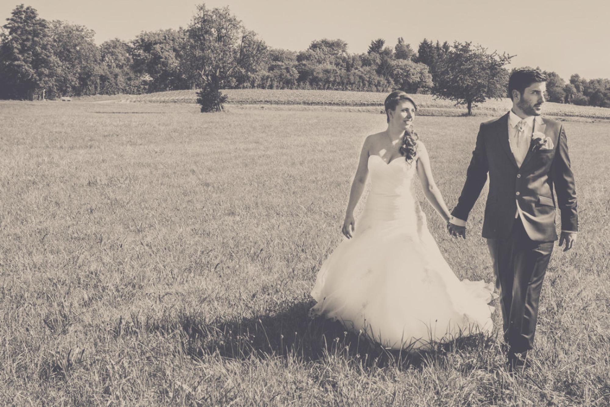 Brautpaar auf einem Feld in schwarz-weiß in Freiburg (Bad Sulzburg)