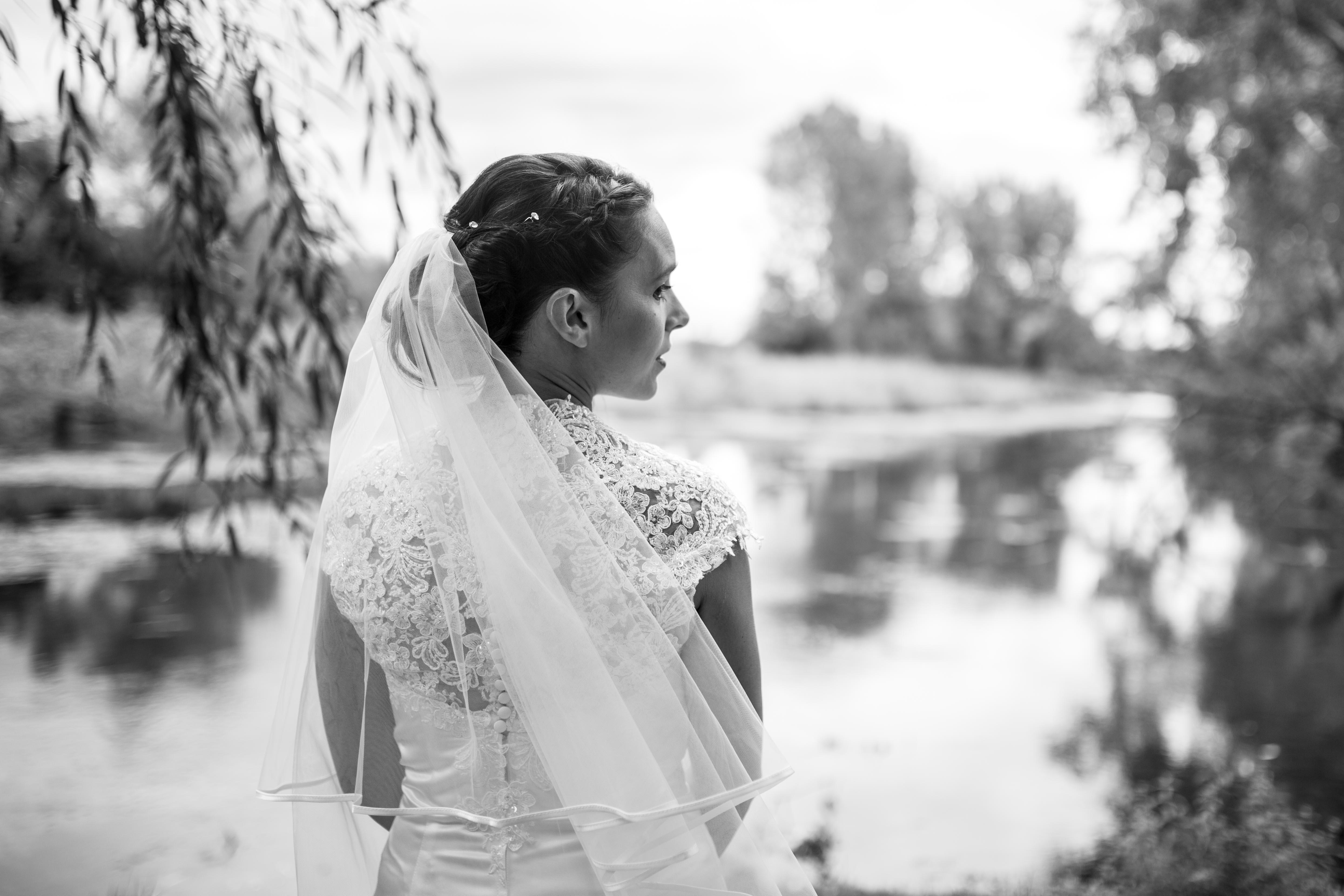 Hochzeitsfotografie - Braut am See
